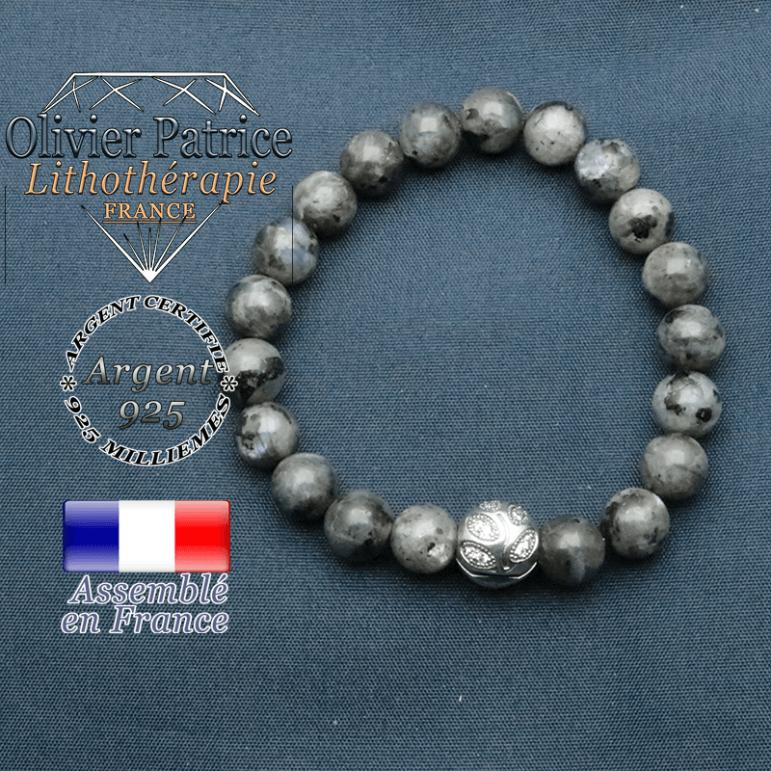 Bracelet surmonté de sa boule gravée de feuilles en argent 925 en pierre naturelle en larvikite