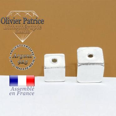 A gauche le cube en 8 mm et argent 925 du bracelet opale verte africaine
